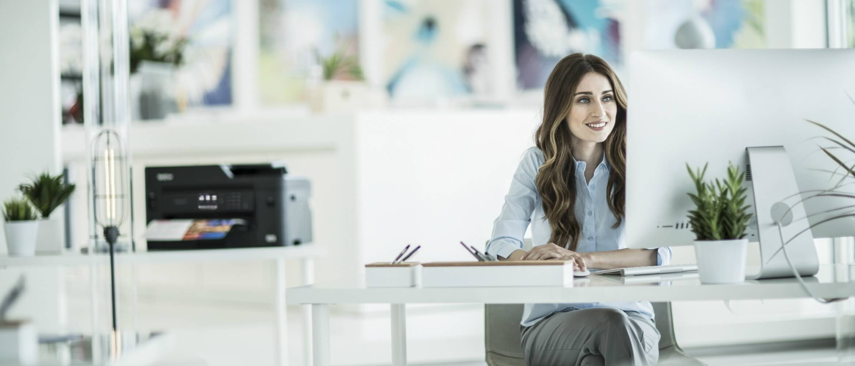 Chica de pelo largo frente a ordenador