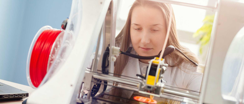 Chica usando impresora 3D