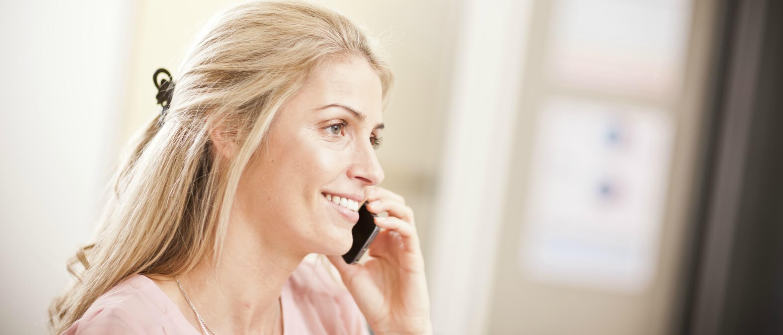 Mujer rubia hablando por el móvil