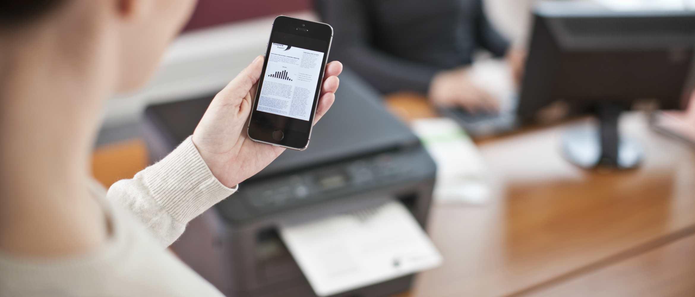 Mujer imprimiendo desde su teléfono móvil