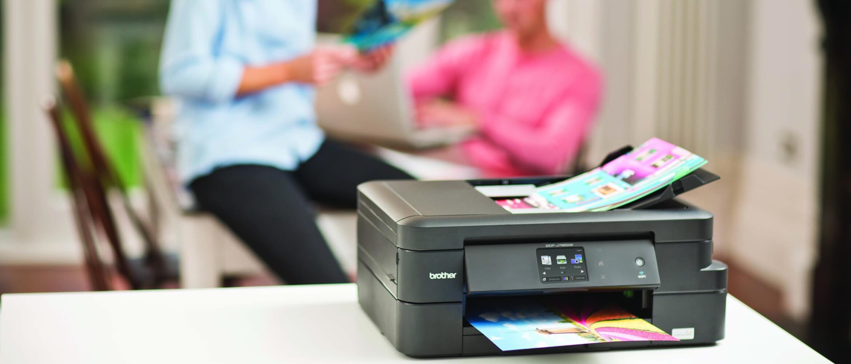 Impresora de tinta Brother encima de escritorio