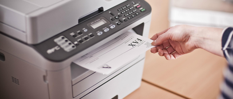Impresora multifunción Brother imprimiendo fax