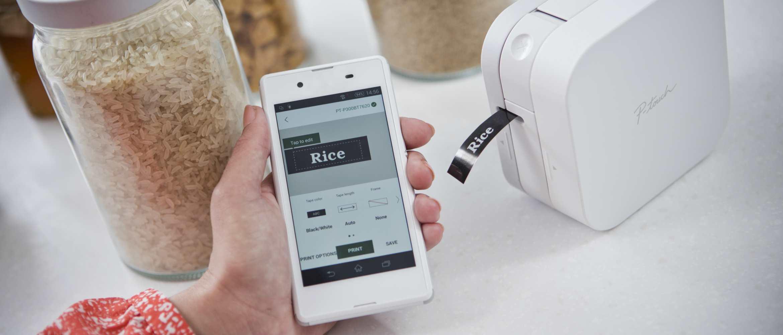 Mujer imprimiendo etiqueta desde móvil para tarro de arroz