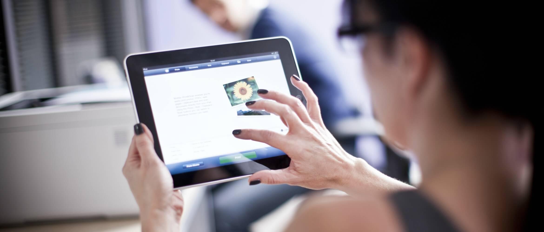 Mujer navegando con una tablet