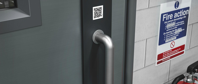 Código QR encima del pomo de una puerta