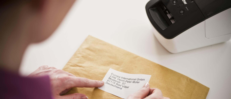 Mujer etiquetando sobre