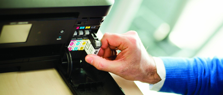 Persona cambiando cartucho de tinta
