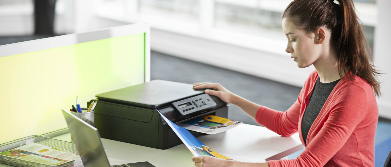 Chica imprimiendo con impresora de tinta Brother