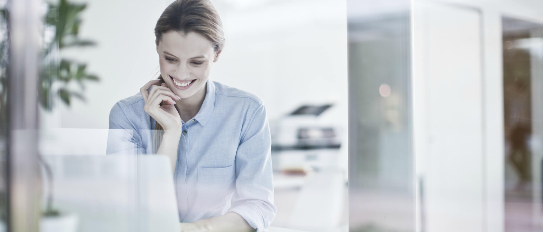 Mujer frente a portátil