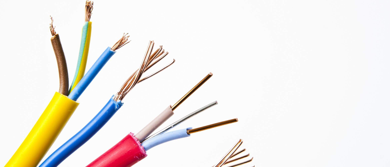 Cables cortados de diferentes colores