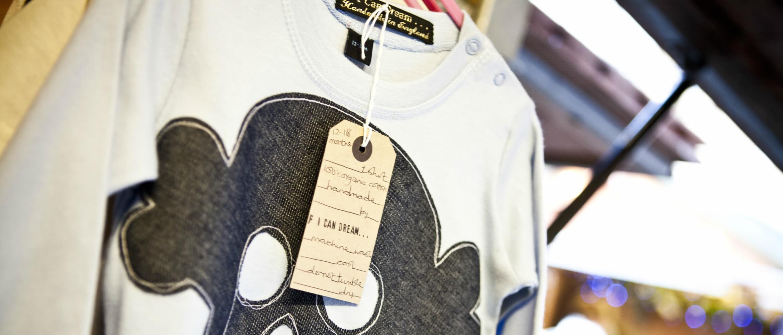 Camiseta con etiqueta colgada