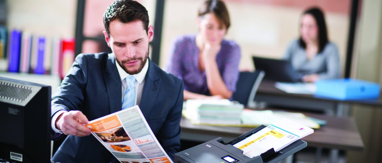 Ejecutivo escaneando documentos