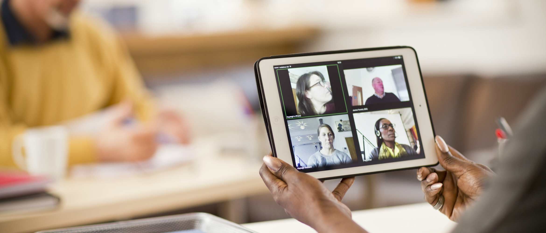 Persona realizando videoconferencia con tablet