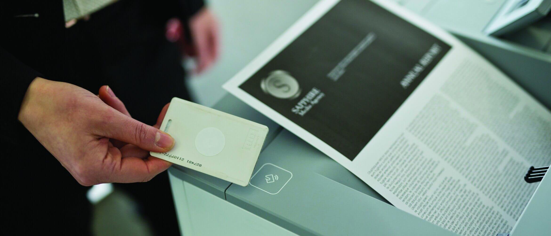 Persona usando tajerta con NFC para imprimir
