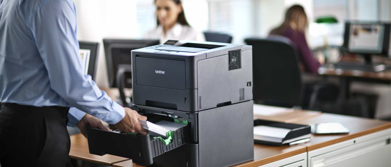 Hombre rellenando papel en impresora