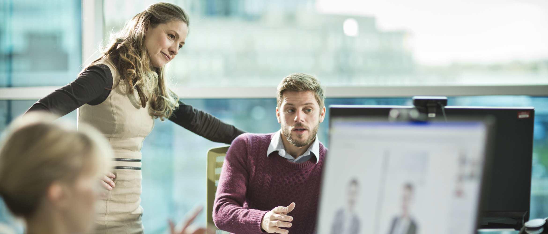 Mujer y hombre hablando en reunión
