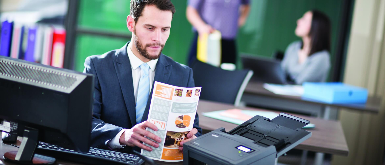 Ejecutivo escaneando en la oficina