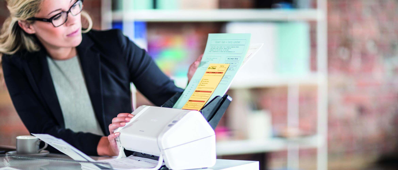 Mujer rubia escaneando documentos