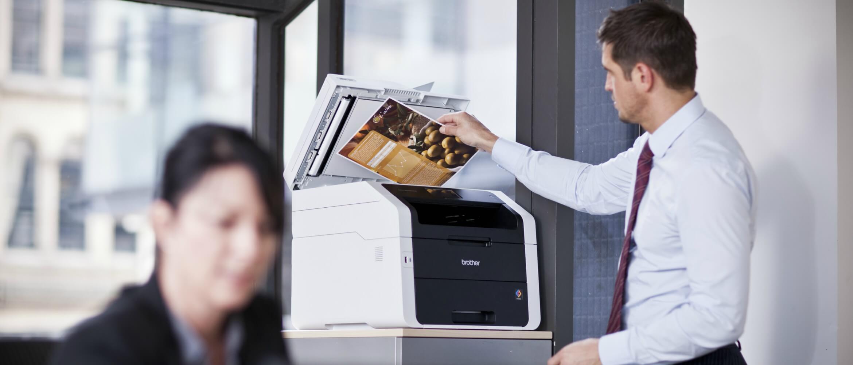 Hombre en oficina digitalizando documento