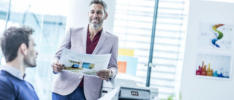 Dos hombres en oficina imprimiendo en A3