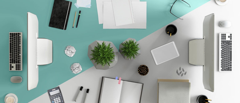 Material de oficina sobre una mesa