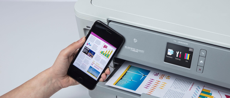 Teléfono móvil junto a impresora tinta HL-J600DW Brother
