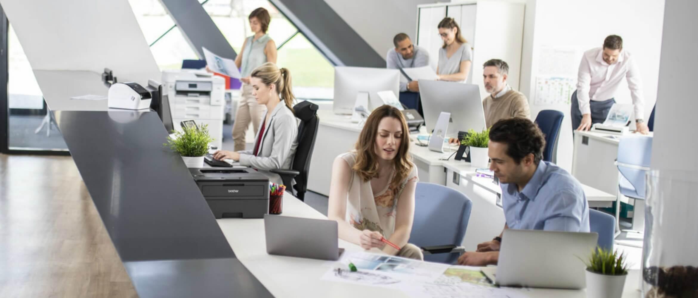 Oficina con gente trabajando