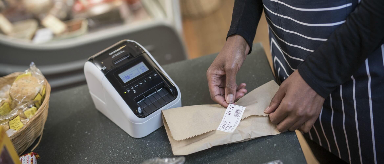 Persona pegando etiqueta en paquete