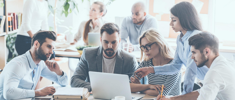 Grupo de personas alrededor de ordenador portátil