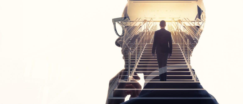Perfil hombre con gafas con fondo de un hombre subiendo escaleras