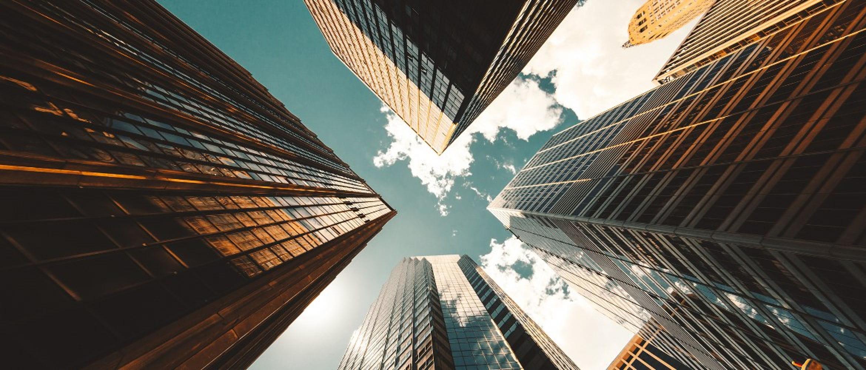 Foto de rascacielos acristalados desde abajo