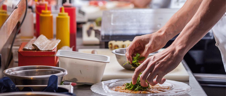 Preparando alimentos en una cocina
