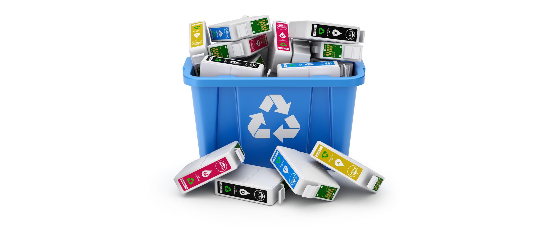 Cubo de reciclaje azul lleno de cartuchos de impresora