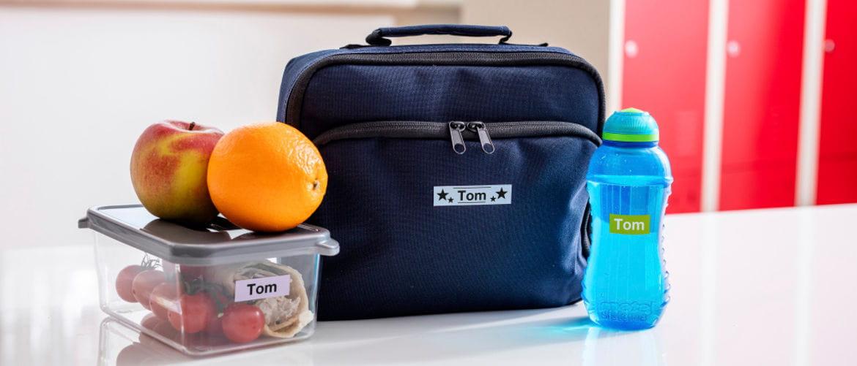 Fiambrera, mochila y botella de agua etiquetadas