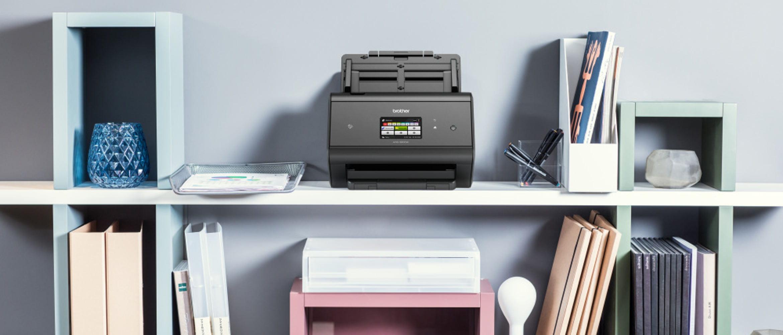 Escáner ADS-3600W en estantería