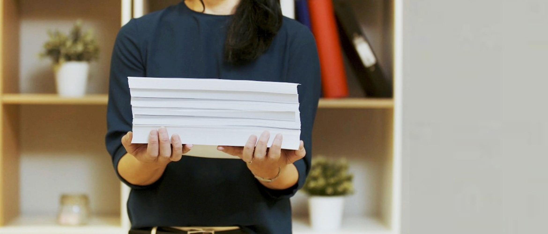Mujer sosteniendo taco de folios