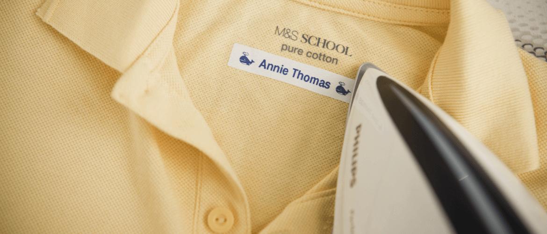Camisa amarilla etiquetada con plancha encima