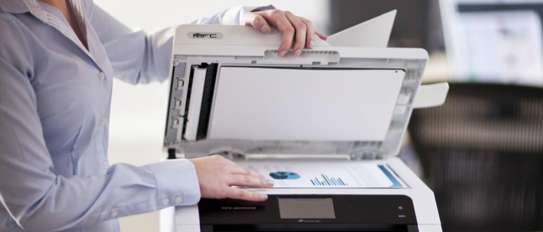 Mujer copiando documento en impresora multifunción