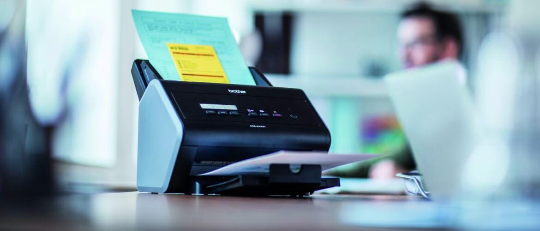 Escaner Brother encima de escritorio de oficina