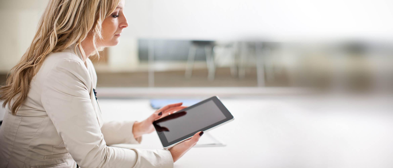 Mujer rubia mirando tablet