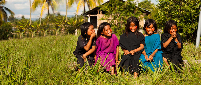 Cinco niñas en un poblado