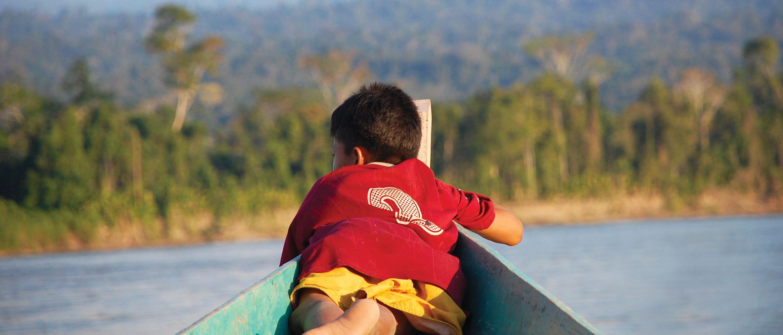 Niño tumbado sobre barca