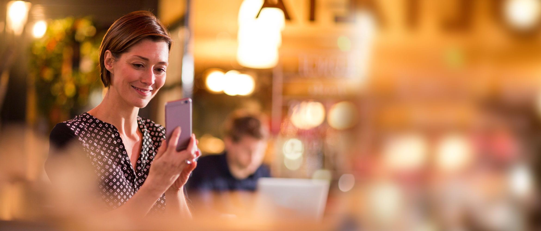 Mujer mirando teléfono móvil