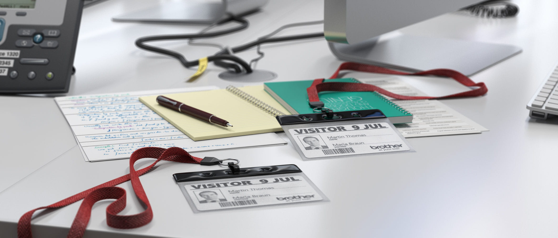 Mesa con tarjetas de identificación para eventos Brother