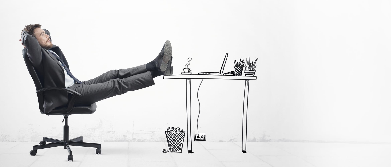 Hombre relajado sentado en silla con pies apoyados en mesa