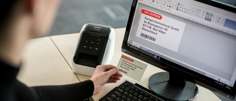 Monitor de ordenador con impresora de etiquetas QL-8 Brother