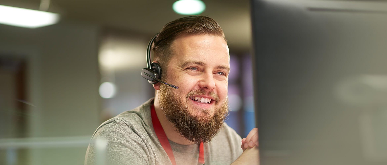 Hombre con barba y auriculares