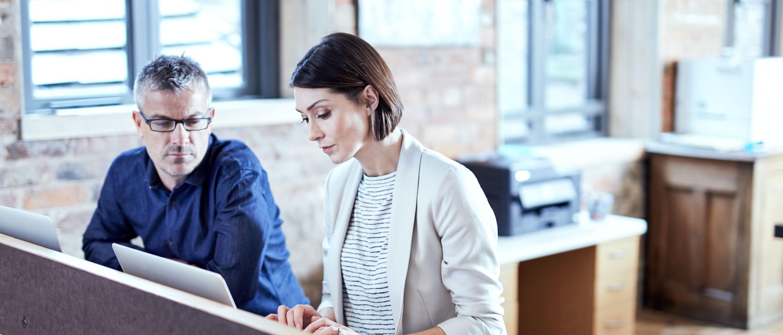Hombre y mujer utilizando ordenador portátil