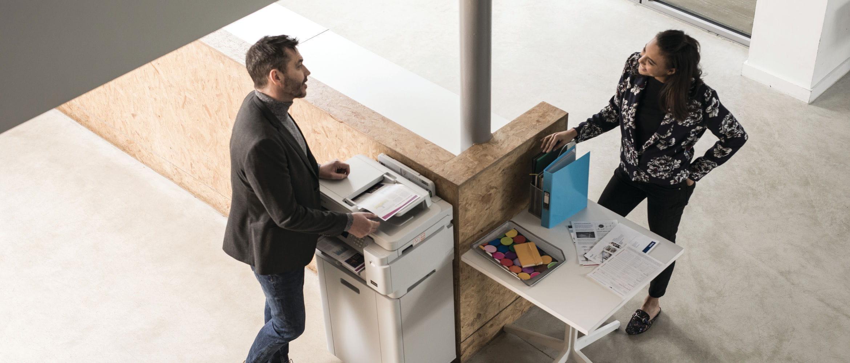 Oficina con mesa e impresora multifunción Brother