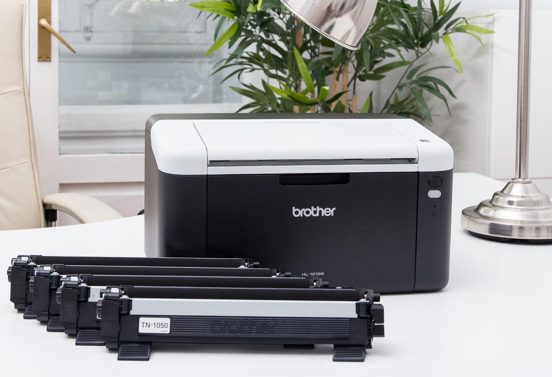 Impresora Brother junto a consumibles